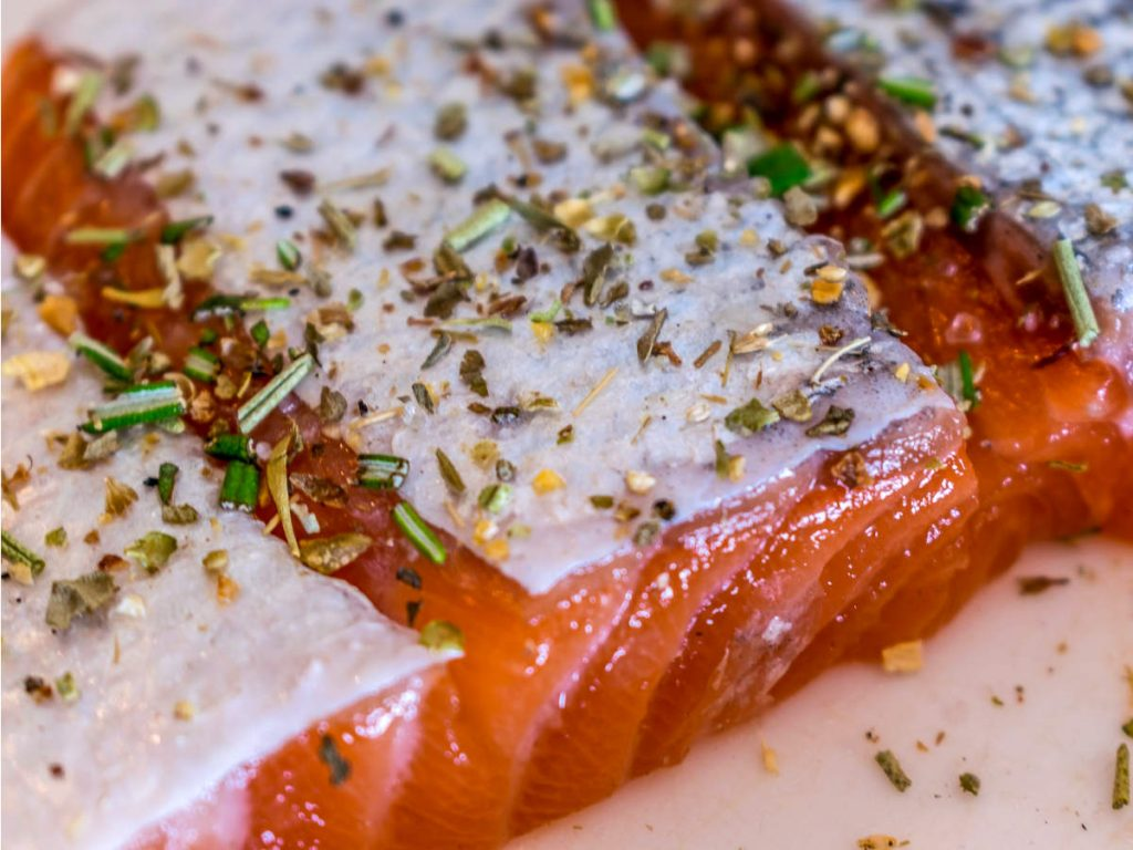 is salmon skin healthy to eat? raw salmon skin with herbs