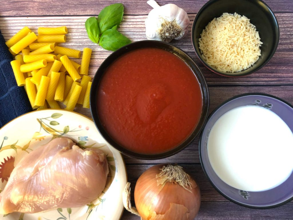 pasta with rose sauce and chicken ingredients